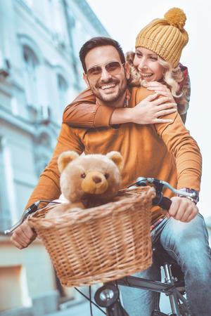 Gelukkige jonge paar gaat voor een fietstocht op een herfst dag in de stad. Stockfoto