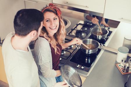 Romantique jeune couple de préparer des aliments à la maison.