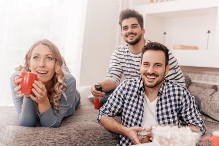 groupe Enthousiaste d'amis ayant du plaisir à la maison, en regardant jeu. Banque d'images