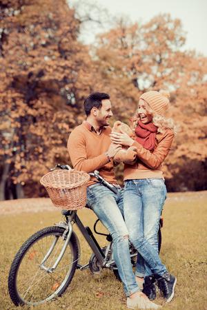 Jeune couple ayant une balade à vélo dans la nature.