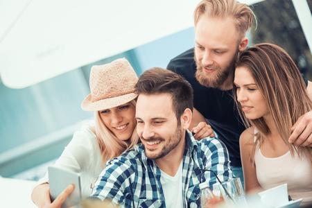 Les meilleurs amis prenant selfie outdoors.Happy amitié concept avec des jeunes ayant du plaisir ensemble