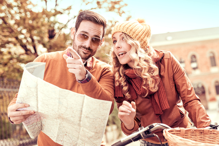 Couple of tourist.Happy couple of tourist on a bike ride. Banque d'images