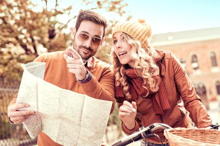Paar tourist.Happy paar van de toerist op een fietstocht.