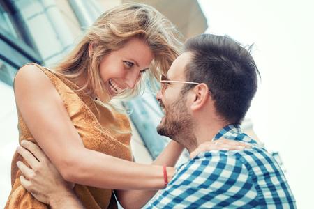 Bonne jeune couple, étreindre et rire en plein air.