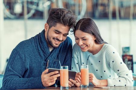 Jong paar dat een foto van zichzelf in een cafe. Stockfoto