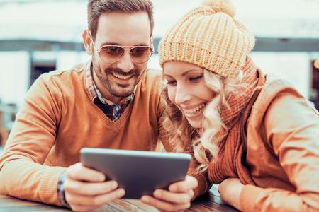 Um casal feliz se divertindo e tendo um selfie.They estão desfrutando de vida da cidade.