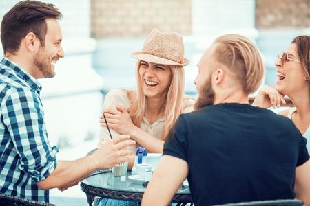 年輕人坐在咖啡館的集團。