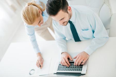 用他的laptop.He一個商人的俯視圖是穿藍色襯衫和黑色領帶。