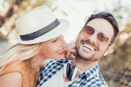 快樂的年輕夫婦擁抱和戶外笑。