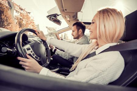 快樂的年輕夫婦駕車度假旅行。