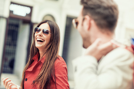 微笑的年輕夫婦在購物城市街道。