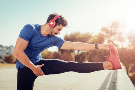 年輕男性慢跑者的運動員訓練和戶外城市做鍛煉