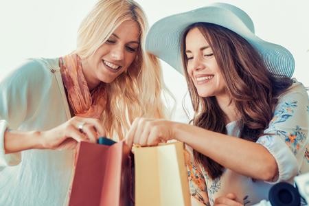 Jonge vrouw ontspannen na goed winkelen. Stockfoto