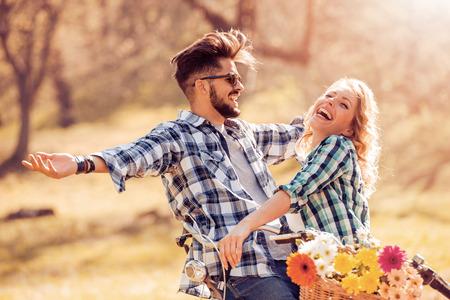 Gelukkige jonge paar voor een fietstocht op een zomerse dag in het park.
