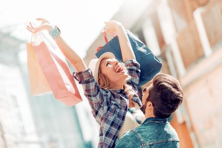 Beau couple bénéficiant ensemble shopping dans la ville Banque d'images - 78088066