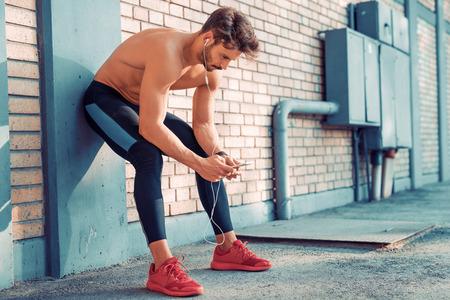 joven atleta masculino formación de entrenamiento y haciendo entrenamiento al aire libre en la ciudad