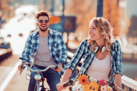 Couple riding their bikes in their free time and having fun on a sunny summer day. Stockfoto