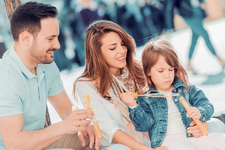 Portret van gelukkige familie met plezier samen. Stockfoto