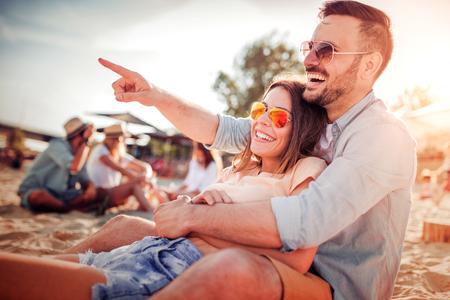 Jong stel verliefd. Huwelijksfeestje verliefd op strandzonsondergang. Stockfoto