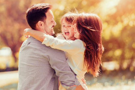 Retrato de la familia feliz que se divierten junto.