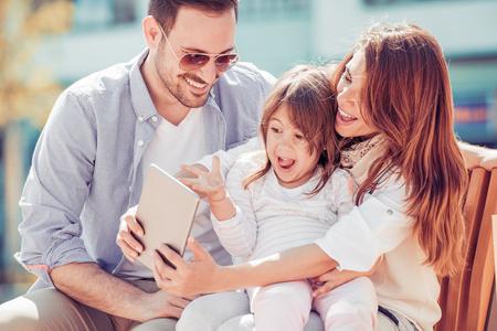 Portrait der glücklichen Familie Spaß zusammen, wobei selfie.