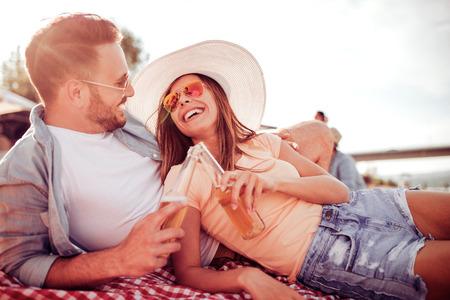 Молодая пара в love.Honeymoon пара в любви на пляже закат. Фото со стока