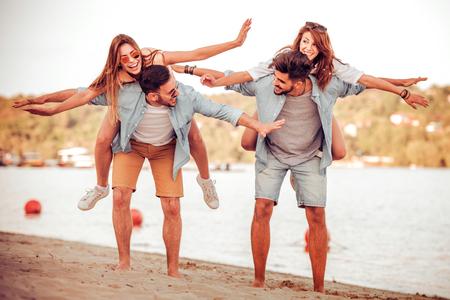 Gruppe von Freunden genießen Sommerurlaub am Strand. Lizenzfreie Bilder