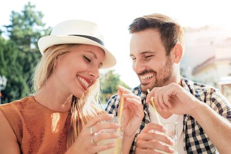 Feliz pareja de jóvenes que se divierten al aire libre y sonriente. Foto de archivo