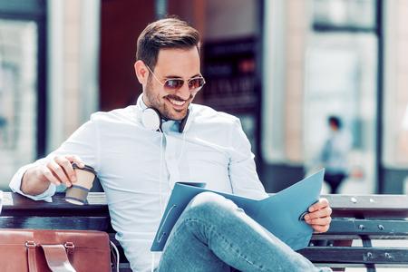 Молодой деловой человек, пить кофе, чтобы выйти на улицу. Фото со стока