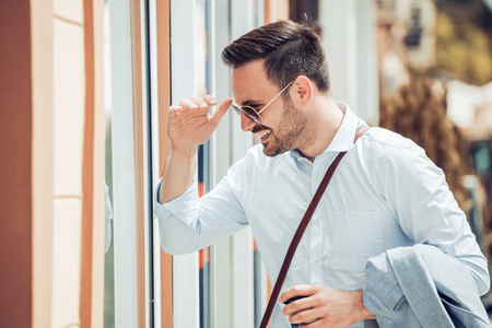 Jonge zakenman drinken koffie om naar buiten te gaan.
