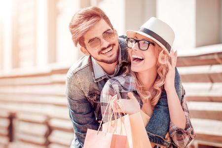 Retrato de una pareja con bolsas de compras.