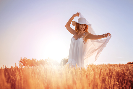 Free happy woman enjoying in nature and freedom. Happy woman with hat. Banque d'images