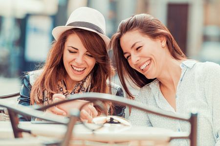 Two young girls making selfie in the city. Banque d'images - 125697669
