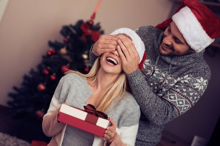 What a great surprise!Husband gives his wife gift for Christmas. Banque d'images