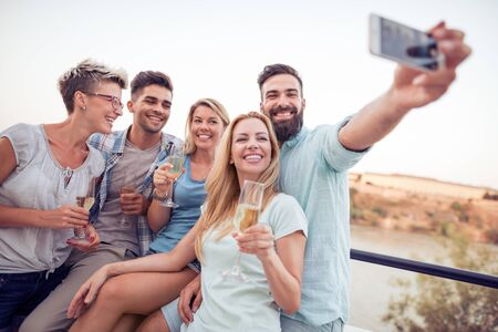 Group of friends having party on the roof.Summer vacation, holidays, travel and people concept. Banque d'images - 129978295