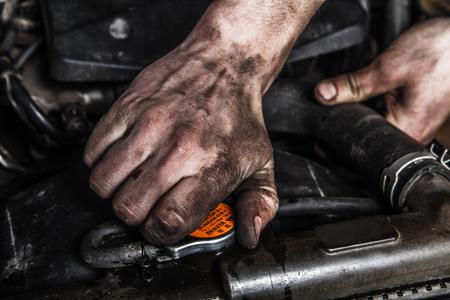 manos sucias: hombres que trabajan con las manos sucias y herramientas Foto de archivo