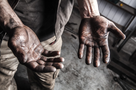 Dirty hands of mechanic at car station Stockfoto