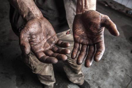 manos sucias: Las manos sucias de mec�nico en la estaci�n de coche