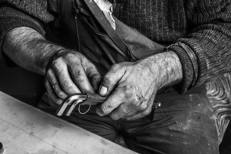 manos sucias: Trabajar con las manos sucias herramientas llaves hexagonales