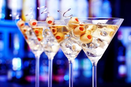 copa martini: Varios vasos de famoso c�ctel de Martini, dispararon contra un bar con poca profundidad de campo Ingredientes: 55 ml de ginebra 15 ml aceitunas vermut seco a decorar