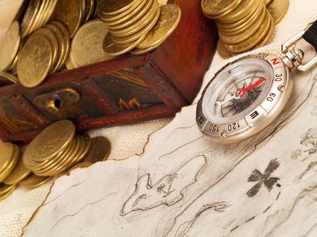 rosa dei venti: Cassa di tesoro di monete d'oro, mappa del tesoro e la bussola