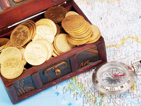 cofre del tesoro: Cofre del tesoro y br�jula