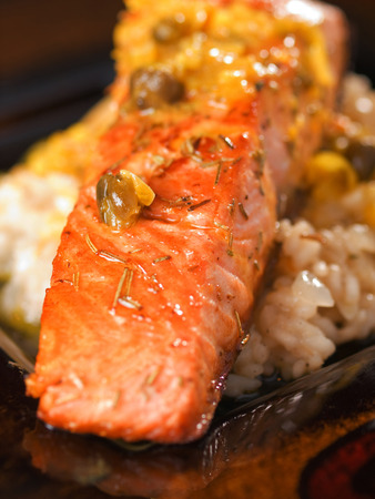 upperdeck view: Salmone con salsa di capperi, close up
