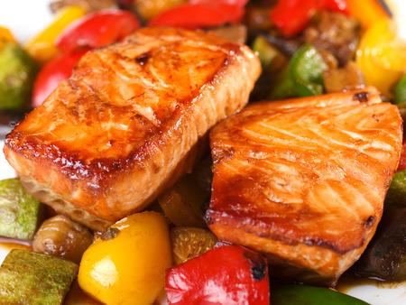 plato de pescado: Salmón a la parrilla marinado en salsa teriyaki y con verduras, estofado en el adobo