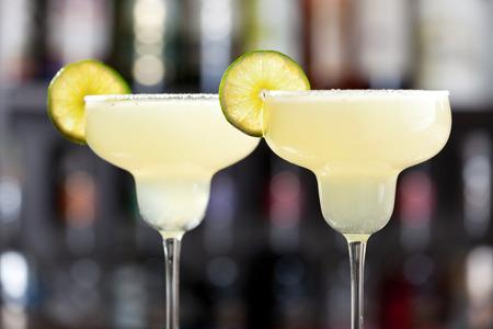 coctel margarita: La margarita es un c�ctel que consta de tequila mezclado con licor con sabor a naranja y jugo de lima o lim�n, a menudo se sirve con sal en el borde de cristal.