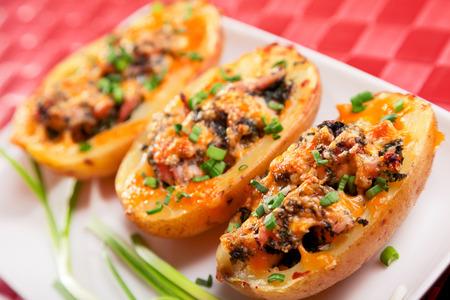 Gefüllte Kartoffeln mit Huhn und Spinat, mit Cheddar-Käse gebacken Lizenzfreie Bilder