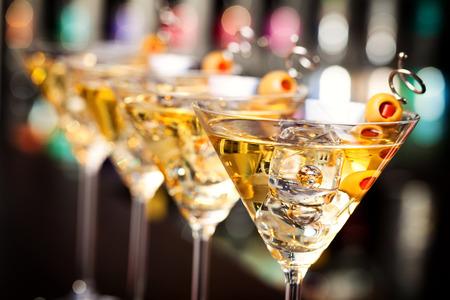 Mehrere Gläser berühmten Cocktail Martini, erschossen in einer Bar mit geringen Schärfentiefe