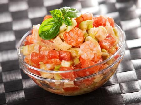 camaron: Tomate, camarones y ensalada de aguacate, dos porciones, decorada con albahaca fresca