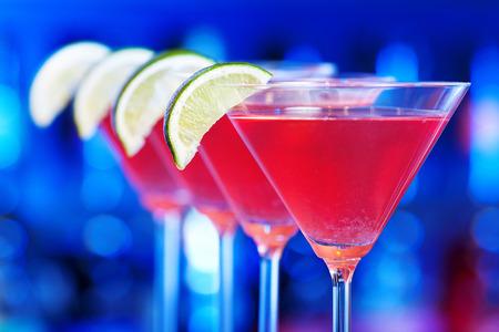 Un cosmopolite, cosmo ou informelle, est un cocktail à base de vodka, triple sec, jus de canneberge et le jus de lime fraîchement pressé ou de jus de lime sucré. Banque d'images - 36257885