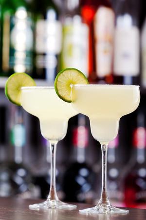 margarita c�ctel: La margarita es un c�ctel que consta de tequila mezclado con licor con sabor a naranja y jugo de lima o lim�n, a menudo se sirve con sal en el borde de cristal.